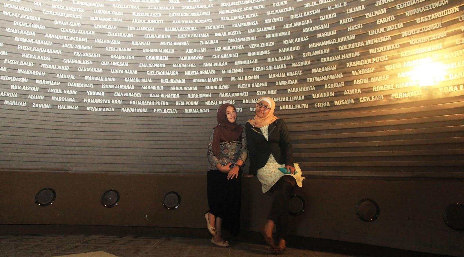 Cewek cantik manis hijab seksi di foto Museum Horor Tsunami Aceh