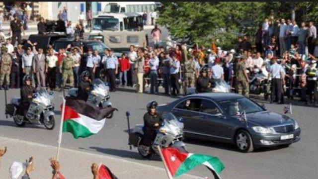 شاهد ماذا فعل ملك الأردن عندما صدم موكبه سيارة مواطن .. موقف غير عادي !!