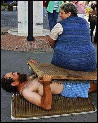 dicke Frau quält folter Mann lustig
