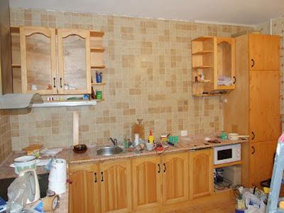 подвесные шкафы, уставленный холодильник
