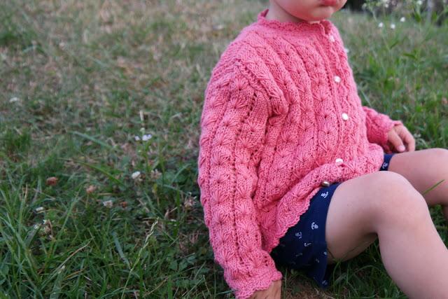 Sweterek na drutach wzorem pętelkowym