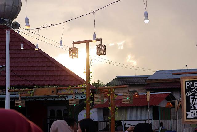 Pemandangan sunset diantara rumah penduduk di Kampung wisata Kuantan
