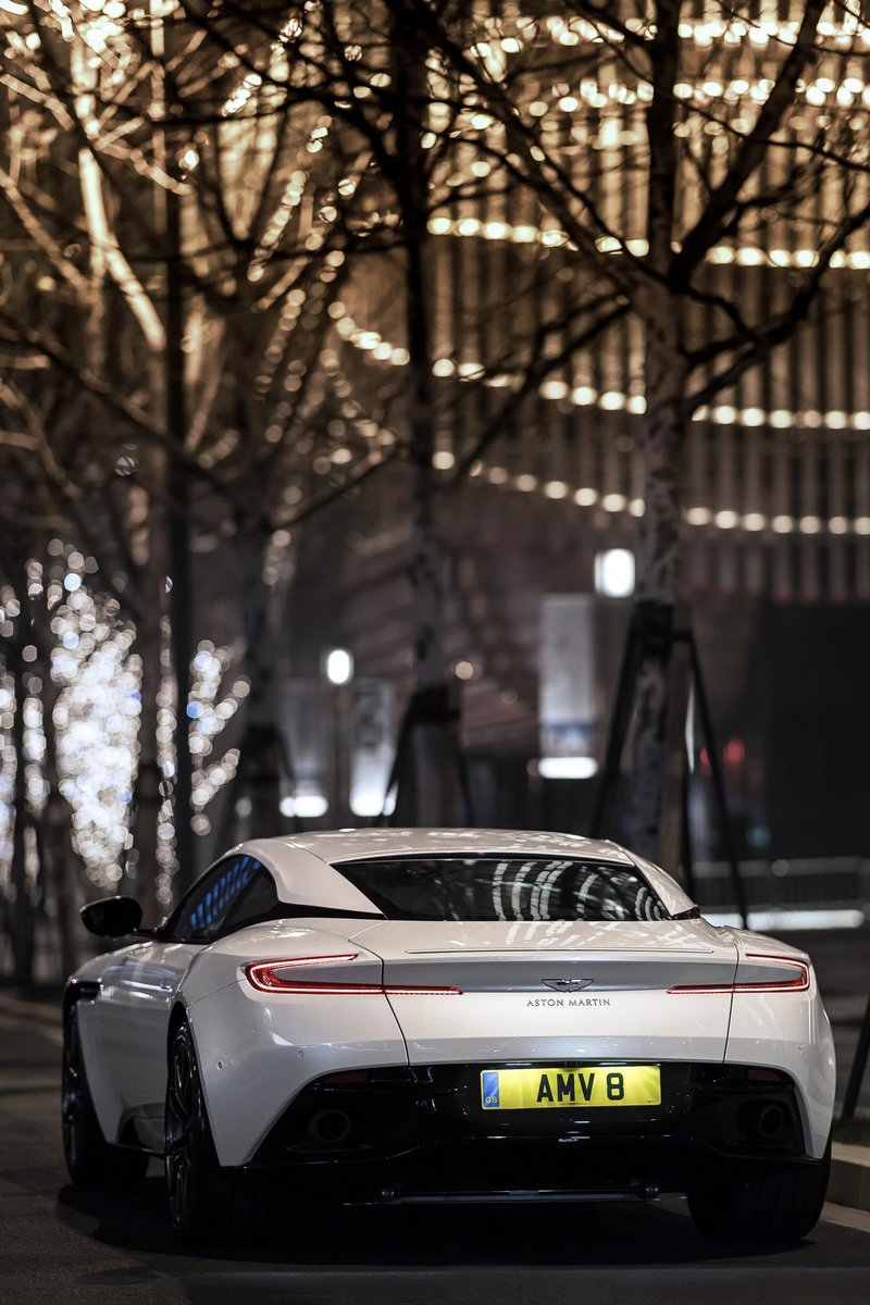 Aston-Mart​in-DB11-5