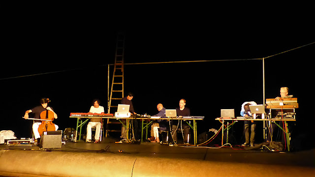 More Ohr Less Brainstorming Orchester - Lukas Lauermann, Harald Blüchel, Tim Story, Hans-Joachim Roedelius, Arnold Kasar, Christopher Chaplin, Thomas Rabitsch / photo S. Mazars