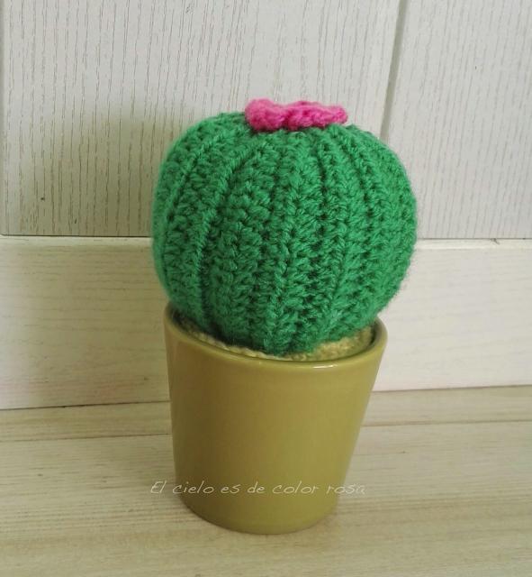 cactus ganchillo con flor rosa