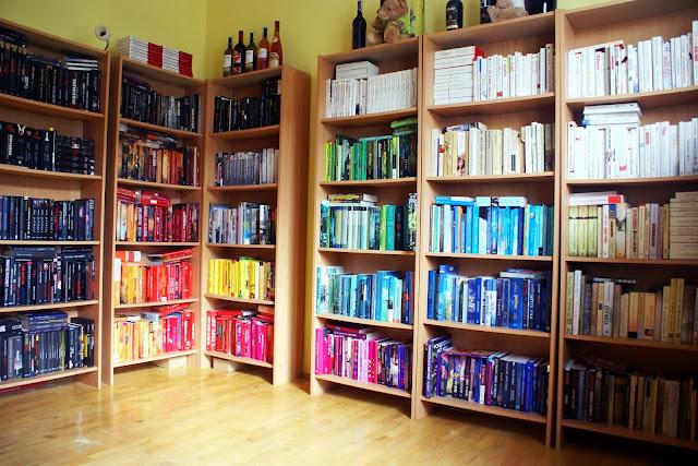 książki ułożone kolortystycznie