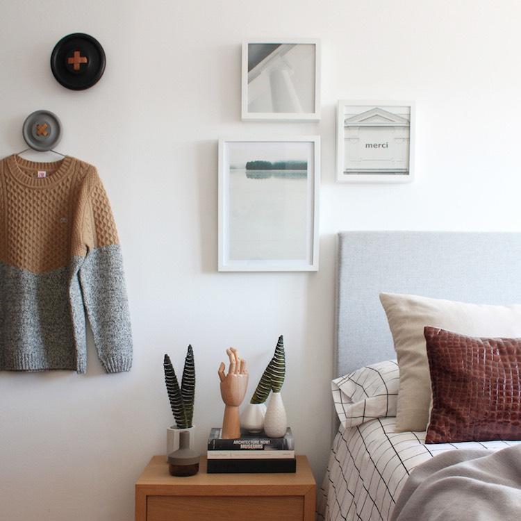 decoración dormitorio pequeño colgadores de botón