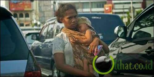 Tak cuma dibius, pengemis pun sewa bayi biar orang kasihan