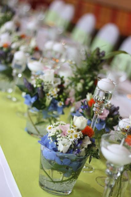 Tischdekoration Frühlingsdekoration Herbsthochzeit mit bunten Wiesenblumen im Hochzeitshotel Garmisch-Partenkirchen Riessersee Hotel Bayern, heiraten in den Bergen