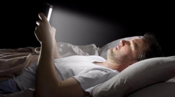 Tablet, Smartphone e Computer danneggiano la vista: danni retinici causati dalla luce blu