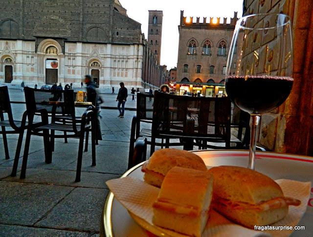 Vinho, pão com mortadela: happy hour em Bolonha