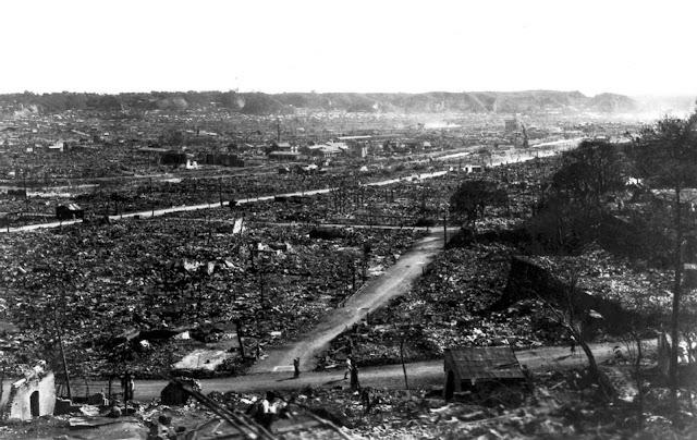 Uma visão da devastação em Tóquio após o terremoto e o incêndio de 1923, vistos do alto do Imperial Hotel em Tóquio.