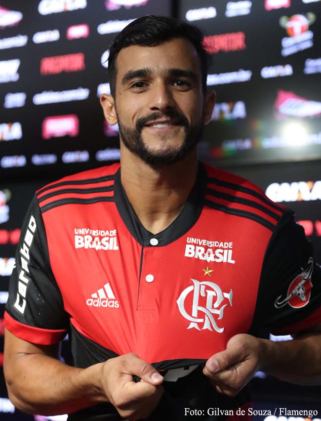 65d55ddd8f ... de 2017 pelo Fluminense chega para reforçar o ataque rubro-negro na  ausência de Guerrero. Henrique Dourado