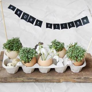 decorazione pasquale con uova e contenitore di carta uova