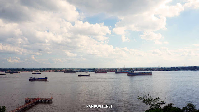 Pemandangan dari Pagoda lantai 9 Pulau Kemaro