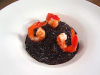 Arroz negro o arroz venere o arroz del emperador al ajo negro y gambas