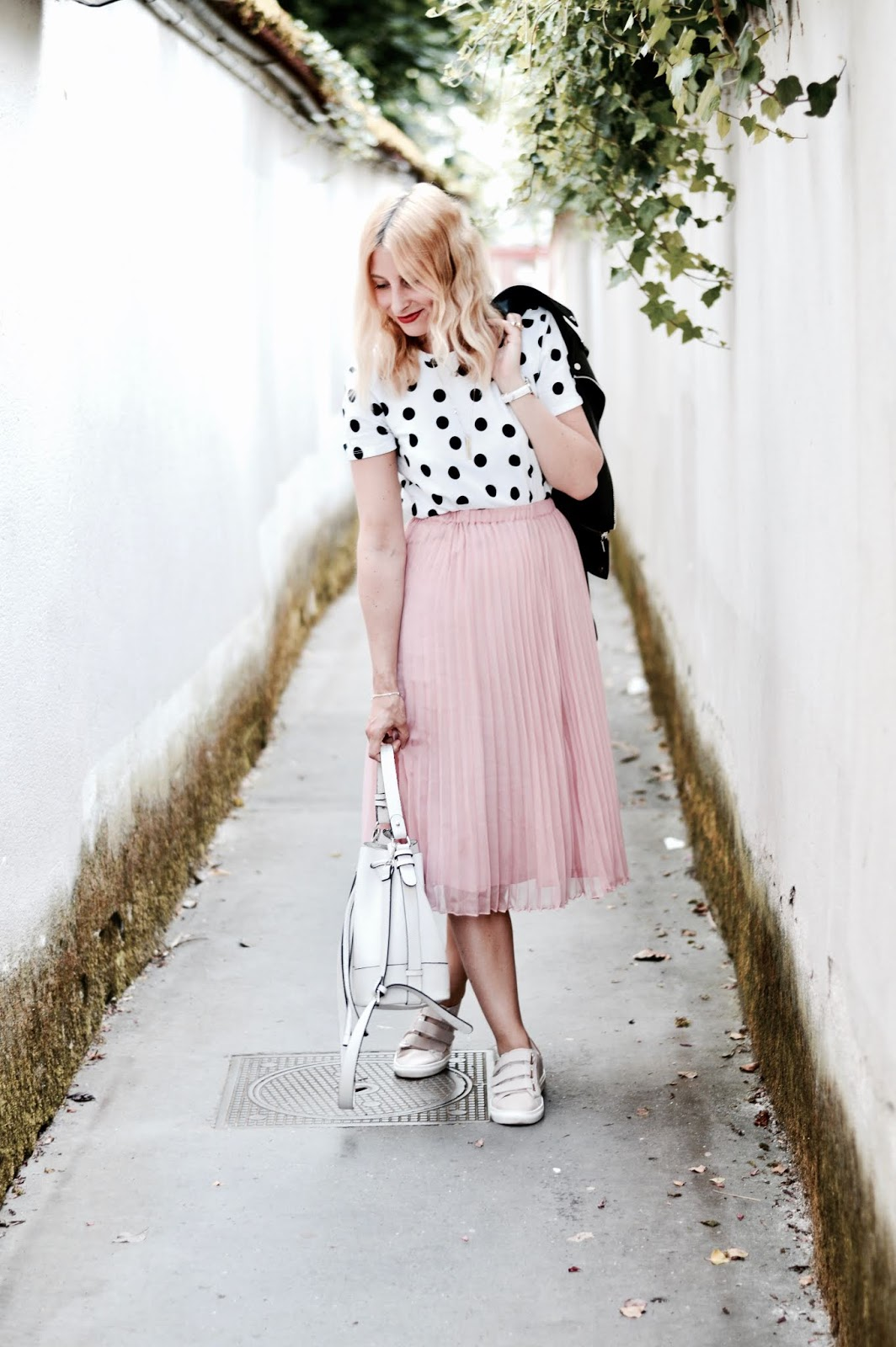 look femme : jupe midi rose et basket