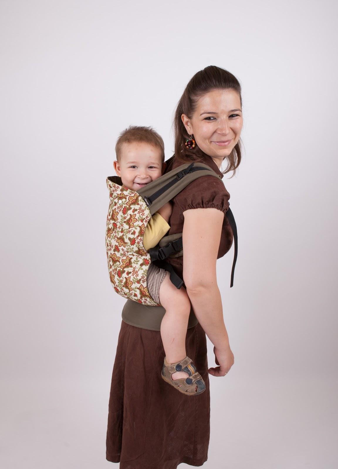 c1614479b3 Elöl fél éves kortól, háton pedig mikor már ülni tud a baba. A vállpántokat  egy kereszt heveder tartja össze, ami a vállpántokra varrt hevedereken  különböző ...