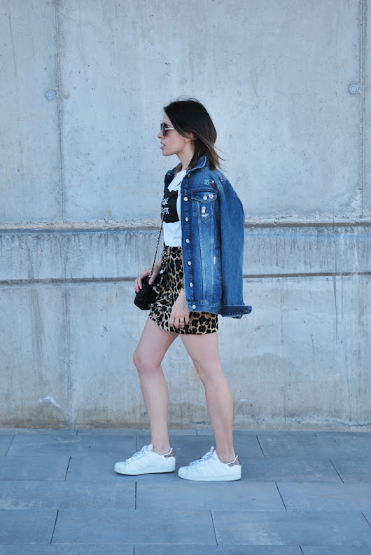 MINI FALDA LEO & SNEAKERS.