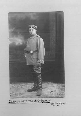 """ליאו לסמן במדי הצבא הגרמני, 2 באוגוסט 1914. הכיתוב בתמונה """"פעם ראשונה במדים"""" (Feldgrau - הכינוי למדי הצבא הגרמני שהיו בגווני אפור-ירוק)"""