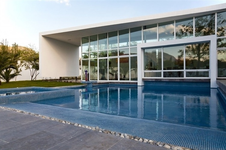 Swimming pool in Beautiful white house by 7xa Taller de Arquitectura