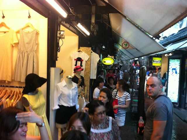 Bartron en una de las pobladas calles del mercado