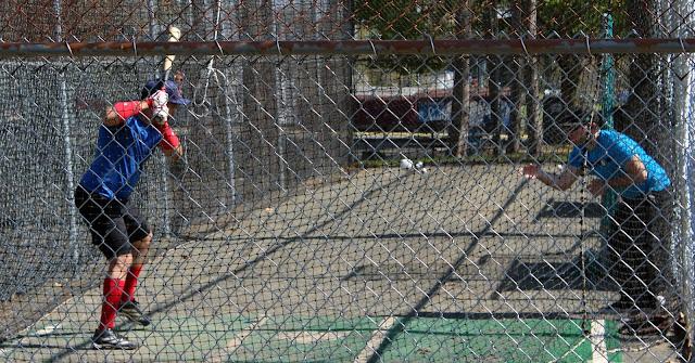 Escena de cualquier lugar del mundo, donde un pelotero cubano se está preparando