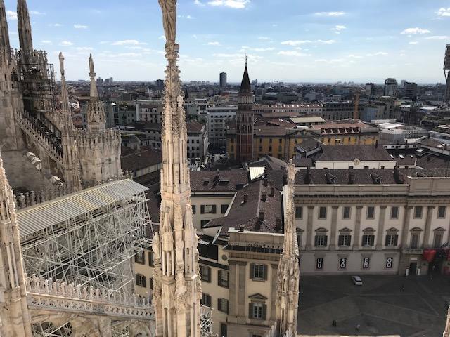 イタリア・ミラノのドゥオーモの屋上からミラノの街を一望