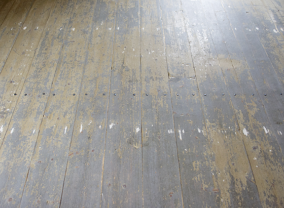 slipa målat trägolv