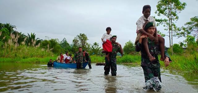 Demi Anak Negeri, Perahu Sekolah Satgas Yonif 755 Kostrad Terjang Arus Banjir