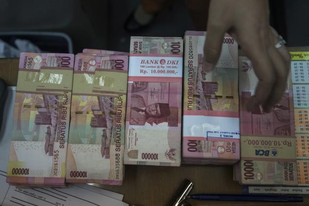 Hujan Uang di Tengah Kemacet Di Jalan Raya Bekasi