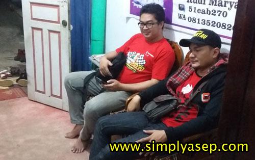 Yang memakai T-Shirt warna merah menyala itulah Dokter Aria PS Anggara yang mendampingi rombongan DPD PAD Bogor di ruma saya semalam.  Foto Asep Haryono
