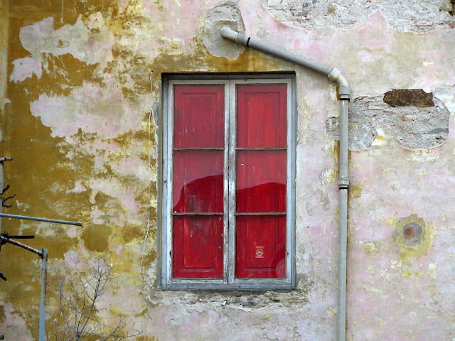 Red window, Scali degli Olandesi, Livorno