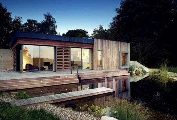 Маленький садовый домик с прудом