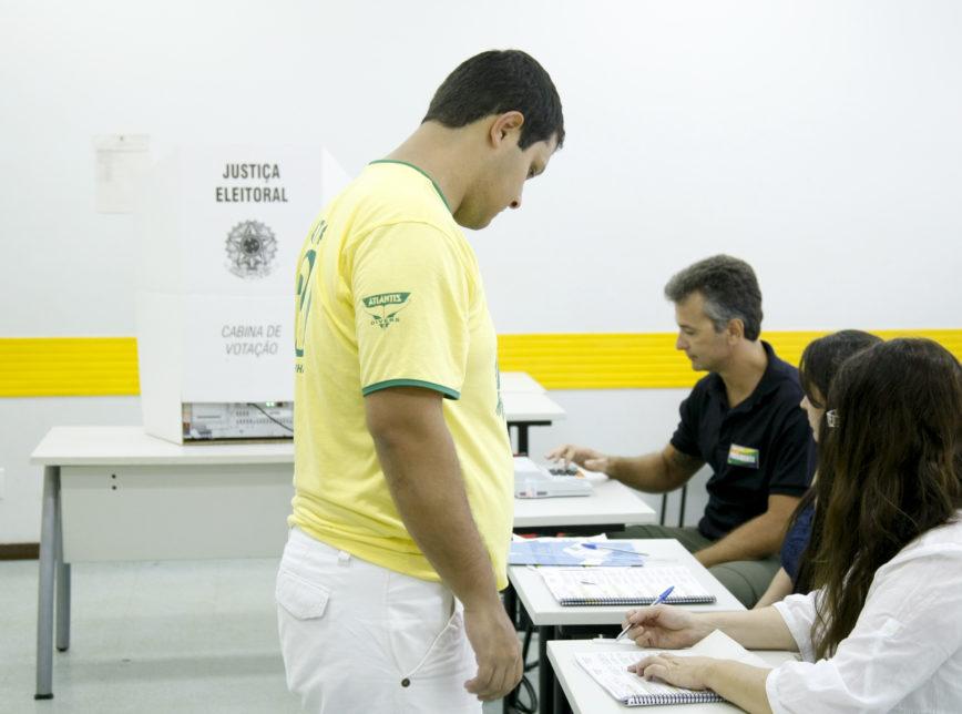 Tribunal Superior Eleitoral libera eleitor para votar com camiseta do candidato