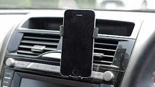 小さなスマートフォンでは少し隙間が空いてしまう