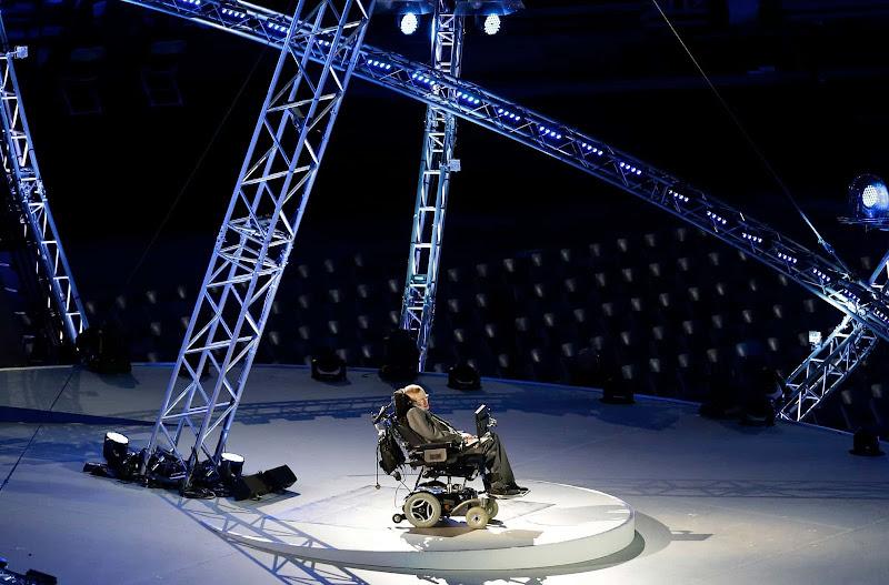 Nhà vật lý Stephen Hawking đọc bài phát biểu trong Lễ Khai mạc Thế vận hội Dành cho Người khuyết tật năm 2012 ở Luân Đôn. Hình ảnh: Lefteris Pitarakis/AP.