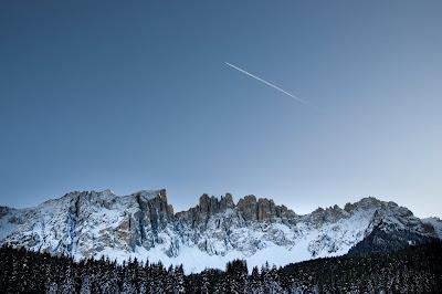 Montañas con nieve y estrella fugaz en el cielo