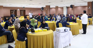 Puluhan mahasiswa Unisma Bekasi menyimak penjelasan Karo HKIP Kementerian PANRB Herman Suryatman di Jakarta, Selasa (11/10)