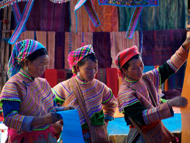 Mujeres mong flor eligiendo telas en Bac Ha