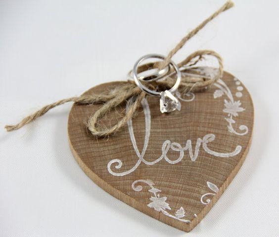 Un corazón de madera para llevar los anillos de la boda - Foto: Etsy