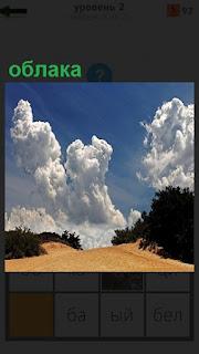 Пустынная дорога и облака на небе плывут