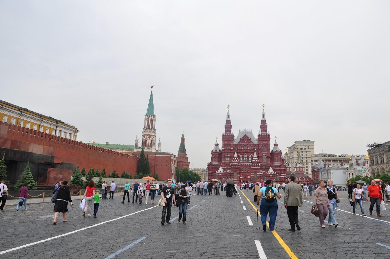 Lapangan Merah di Moskwa Menjadi Tempat Demonstrasi Rakyat Juga Parade Tentara