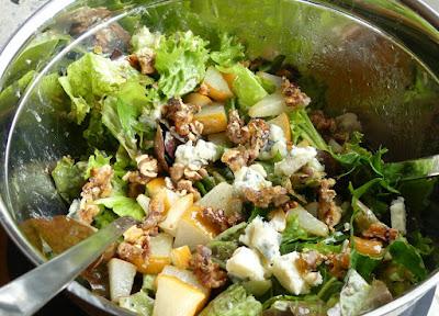 Grüner Blattsalat mit Nashibirne, Gorgonzola und Walnüssen