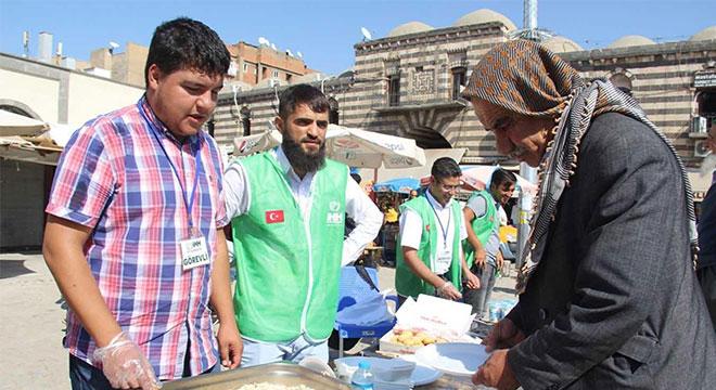 Diyarbakır Ulu Cami önünde yetimler yararına kermes