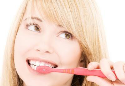 cara membersihkan karang gigi gambar