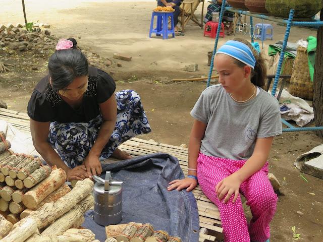 Macarena con vendedora de thanaka en Myanmar