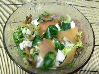 Ensalada con canónigos, salmón y tofu.