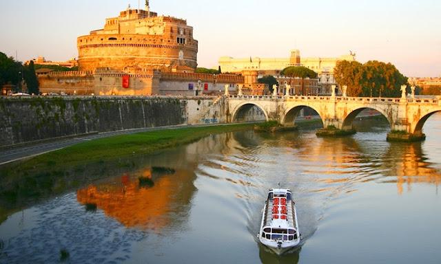 Gita in battello serale con brindisi alle bellezze di Roma