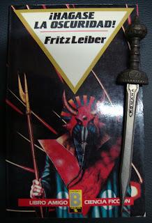Portada del libro ¡Hágase la oscuridad!, de Fritz Leiber